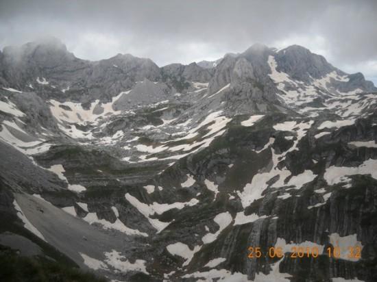Bobatov Kuk, levo u oblacima, desno Mini Bogaz sa Vrha Bandjerne