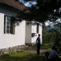Ispred planinarskog doma u selu Brezna